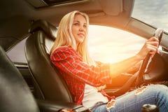 Giovane azionamento biondo un'automobile Fotografia Stock Libera da Diritti
