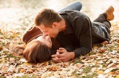 Giovane baciare delle coppie Immagini Stock Libere da Diritti