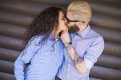 Giovane baciare delle coppie fotografia stock libera da diritti