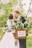 Giovane bacio sensuale delle coppie della persona appena sposata Parco all'aperto Fuoco sul canestro decorato della bicicletta Fotografia Stock