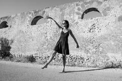 Giovane ballare d'uso di modello dei vestiti di estate e degli occhiali da sole Fotografie Stock Libere da Diritti