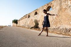 Giovane ballare d'uso di modello dei vestiti di estate e degli occhiali da sole Fotografia Stock