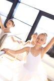 Giovane ballerina abbastanza sorridente nell'addestramento Fotografia Stock