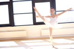 Giovane ballerina agile che pratica le sue posizioni immagine stock libera da diritti