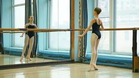 Giovane ballerina che fa esercizio della fonduta stock footage