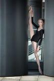 Giovane ballerina graziosa in costume da bagno nero Immagini Stock