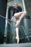 Giovane ballerina graziosa in costume da bagno nero sopra Fotografia Stock