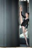 Giovane ballerina graziosa in costume da bagno nero sopra Fotografie Stock