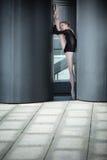 Giovane ballerina graziosa in costume da bagno nero sopra Immagine Stock