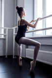 Giovane ballerina nel funzionamento del pointe Fotografia Stock Libera da Diritti