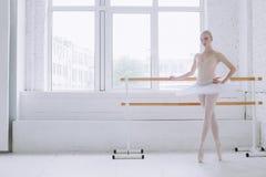 Giovane ballerina nella classe di balletto Fotografia Stock Libera da Diritti