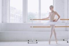 Giovane ballerina nella classe di balletto Immagini Stock Libere da Diritti
