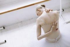 Giovane ballerina nella classe di balletto Immagini Stock