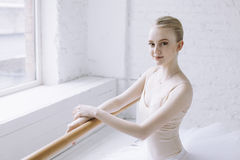 Giovane ballerina nella classe di balletto Fotografie Stock