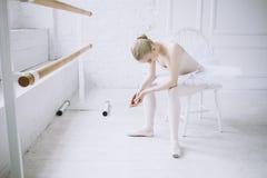 Giovane ballerina nella classe di balletto Fotografie Stock Libere da Diritti