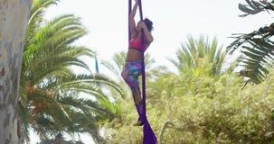 Giovane ballerino acrobatico atletico agile stock footage