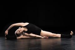 Giovane ballerino atletico attraente della donna che allunga e che guarda Immagine Stock Libera da Diritti