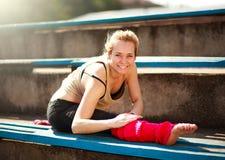 Giovane ballerino atletico della donna che fa gli esercizi nel vecchio stadio della città Fotografia Stock