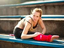 Giovane ballerino atletico della donna che fa gli esercizi nel vecchio stadio della città Fotografia Stock Libera da Diritti