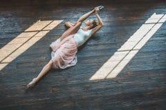 Giovane ballerino che posa alla macchina fotografica Immagine Stock Libera da Diritti