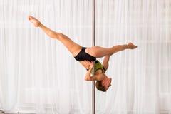 Giovane ballerino del palo nello studio Immagine Stock Libera da Diritti