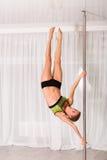 Giovane ballerino del palo nello studio Immagine Stock