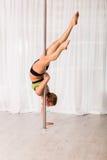 Giovane ballerino del palo nello studio Fotografia Stock Libera da Diritti