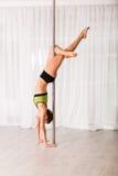 Giovane ballerino del palo nello studio Fotografie Stock