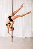 Giovane ballerino del palo nello studio Fotografie Stock Libere da Diritti