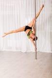 Giovane ballerino del palo nello studio Fotografia Stock