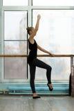 Giovane ballerino di balletto che si esercita alla sbarra dentro Immagini Stock Libere da Diritti