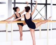 Giovane ballerino di balletto - donna graziosa armoniosa che posa nello studio Immagini Stock