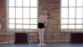 Giovane ballerino di balletto femminile che si esercita nella classe di balletto video d archivio