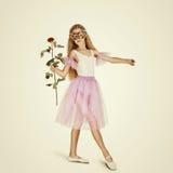 Giovane ballerino di balletto femminile La ballerina in una maschera con è aumentato Immagini Stock