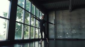 Giovane ballerino di balletto maschio che balla balletto classico su un fondo scuro Movimento lento stock footage