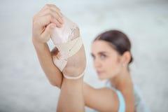Giovane ballerino di balletto moderno che posa sul bianco Immagine Stock