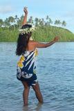 Giovane ballo polinesiano esotico attraente della donna di Islander del cuoco dentro fotografia stock