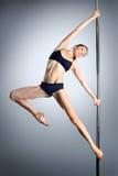 Giovane ballo sexy del palo di esercitazione della donna Fotografie Stock