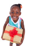 Giovane bambina afroamericana che tiene un contenitore di regalo Fotografie Stock