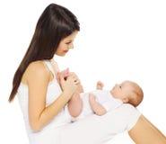 Giovane bambino amoroso felice della tenuta della madre su un bianco fotografia stock libera da diritti