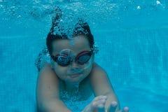 Giovane bambino asiatico felice con gli occhiali di protezione di nuotata subacquei Fotografia Stock