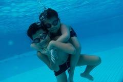 Giovane bambino asiatico felice con gli occhiali di protezione di nuotata subacquei Immagini Stock Libere da Diritti