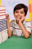 Giovane bambino del banco che sorride alla macchina fotografica Fotografie Stock Libere da Diritti