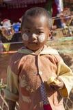 Giovane bambino di Jingpo con la pittura tradizionale del fronte Immagini Stock Libere da Diritti