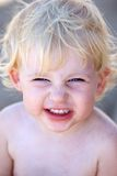 Giovane bambino femminile o bambino con il grin insolente sul suo fronte Immagini Stock