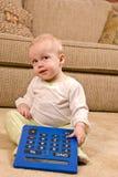 Giovane bambino in PJs con un grande calcolatore surdimensionato Immagini Stock