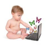 Giovane bambino sul calcolatore di Laoptop con Butterfiles Immagine Stock