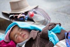 Giovane bambino tibetano che dorme pacificamente fotografia stock libera da diritti