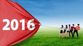 Giovane bandiera di assorbimento delle persone di affari con i numeri 2016 Fotografia Stock Libera da Diritti