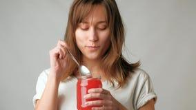 Giovane barattolo attraente dell'assaggio della donna del caviale rosso con il cucchiaio video d archivio